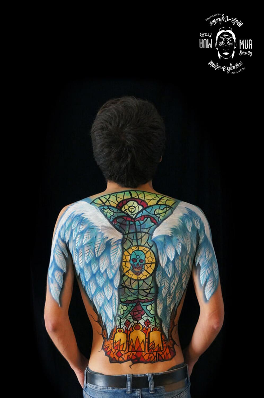Bodypainting, ailes d'anges sur le dos